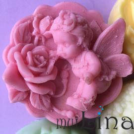 muiLina fėja su rožėmis